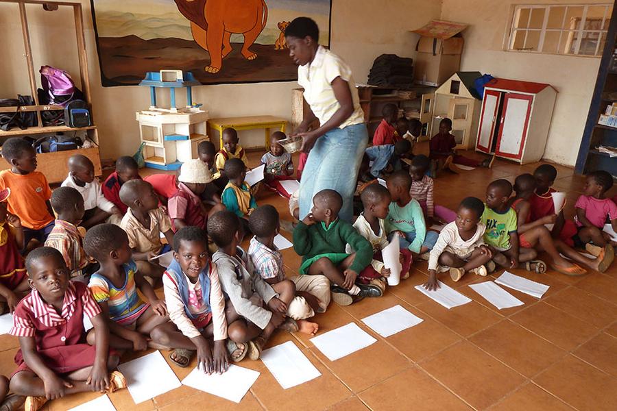 Unterstützung des Tichakunda Childhood Welfare Centre mit Schulmöbeln