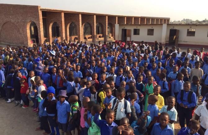Einweihung weiterer Klassenzimmer und eines Brunnens bei der Rising Star Schule